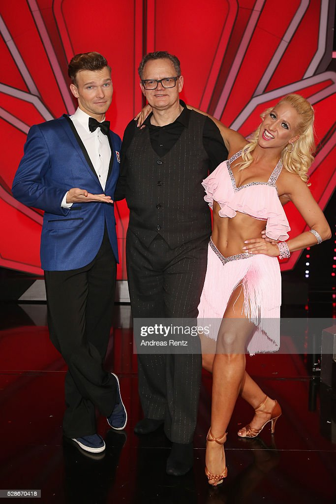 Ulli Potofski (M) and Kathrin Menzinger (R) smile during the 8th show of the television competition 'Let's Dance' on May 06, 2016 in Cologne, Germany.