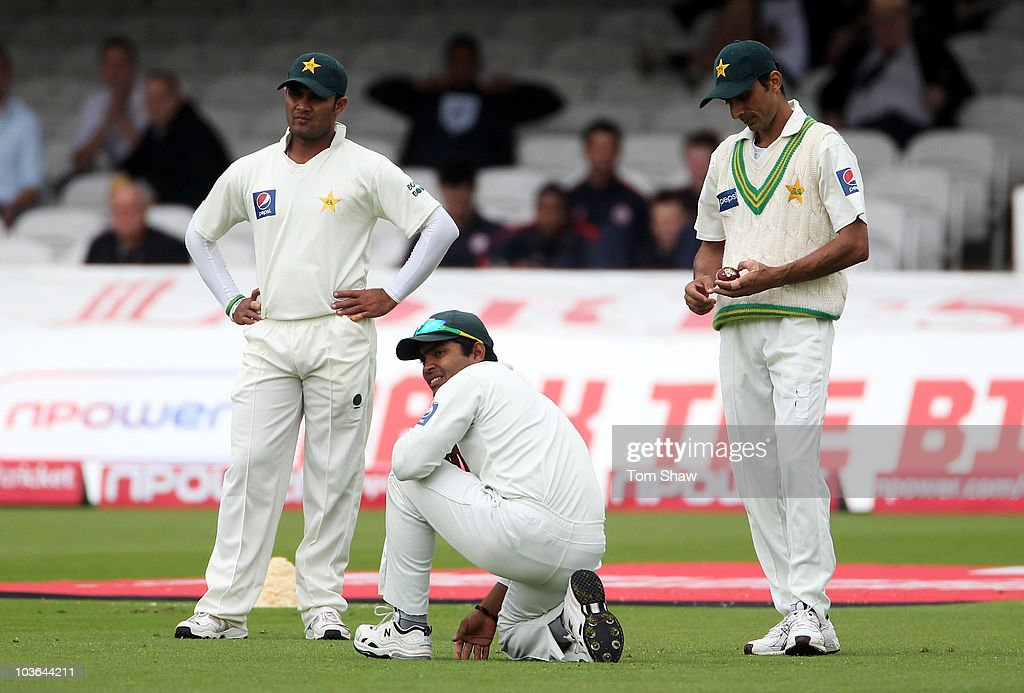 Umar Akmal (C) of Pakistan looks dejected with Imran Farhat (L) and Yasir Hameed after failing to take a catch to dismiss Alastair Cook of England during day one of the 4th npower Test Match between England and Pakistan at Lord's on August 26, 2010 in London, England.