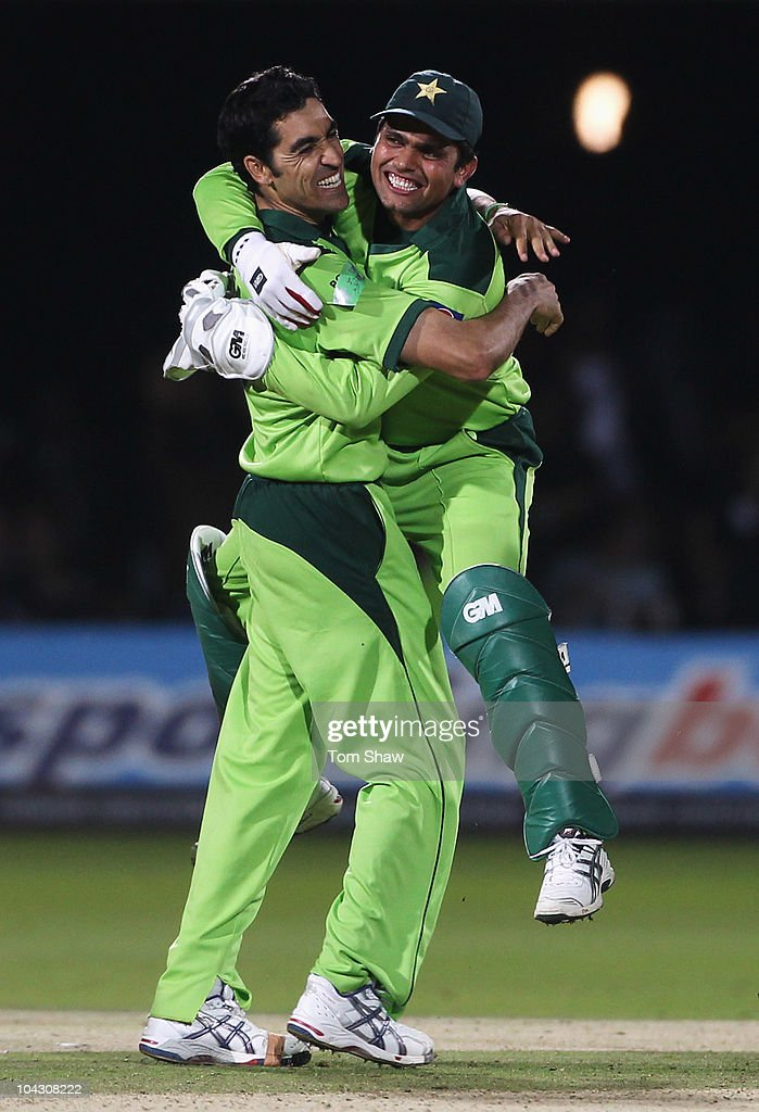 Umar Gul (L) of Pakistan celebrates the final wicket of Stuart Broad of England with Kamran Akmal during the 4th NatWest One Day International between England and Pakistan at Lord's on September 20, 2010 in London, England.