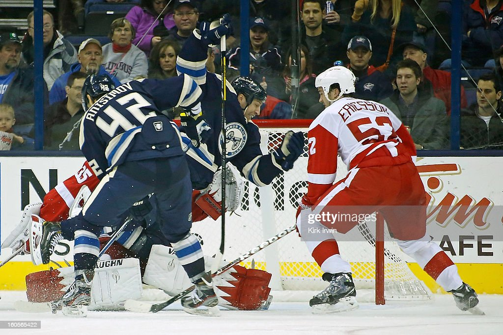 R.J. Umberger #18 of the Columbus Blue Jackets collides with <a gi-track='captionPersonalityLinkClicked' href=/galleries/search?phrase=Jimmy+Howard&family=editorial&specificpeople=2118637 ng-click='$event.stopPropagation()'>Jimmy Howard</a> #35 of the Detroit Red Wings during the third period on February 2, 2013 at Nationwide Arena in Columbus, Ohio. Umberger was called for goalie interference on the play. Columbus defeated Detroit 4-2.
