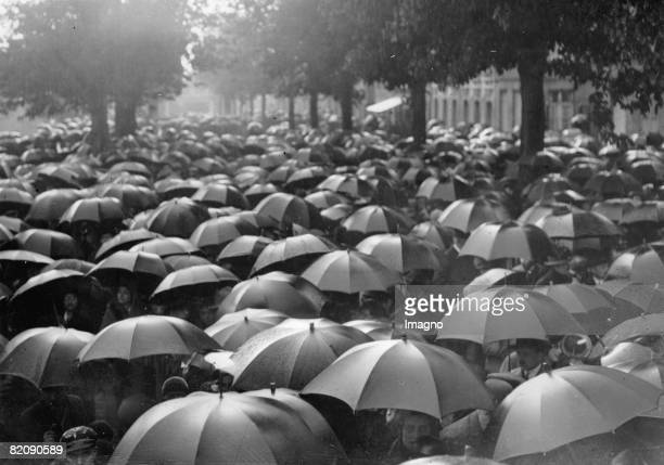 Umbrellas in Paris after a football match France Photograph Around 1935 [Ein Meer von Regenschirmen in Paris nach einem Fuballmatch Frankreich...