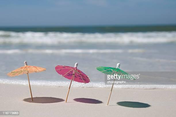 Parasols sur la plage et de surf en arrière-plan