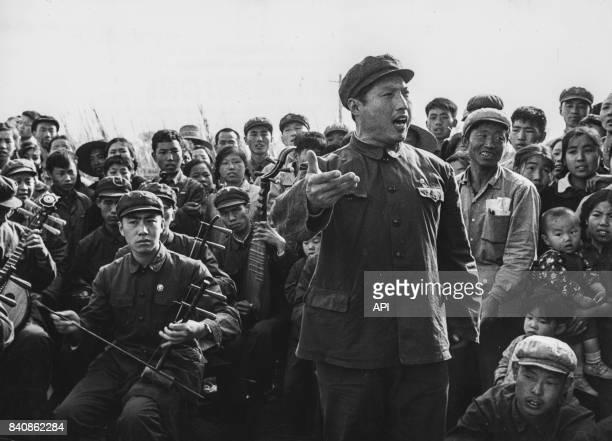 Un acteur interprète un extrait de l'opéra 'La Lanterne Rouge' aux paysans des faubourgs de Pékin le 25 mai 1967 Chine