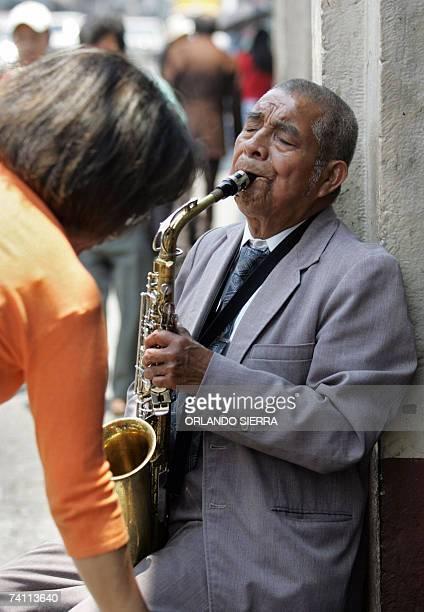 Un anciano toca el saxofon mientras pide limosna en el centro historico de Ciudad de Guatemala el 09 de mayo de 2007 Los paises emergentes con...
