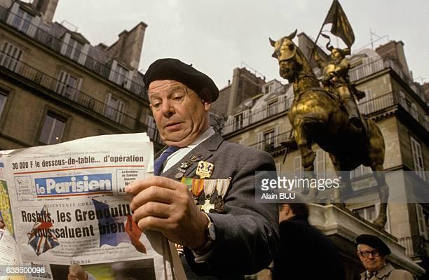 Un ancien combattant francais lisant le journal 'Le Parisien' qui répond aux attaques antifrançaises du quotidien britannique 'The Sun' le 2 novembre...