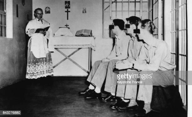 Un aumônier dit une messe pour les condamnés à mort d'une prison de l'Utah circa 1950 aux EtatsUnis