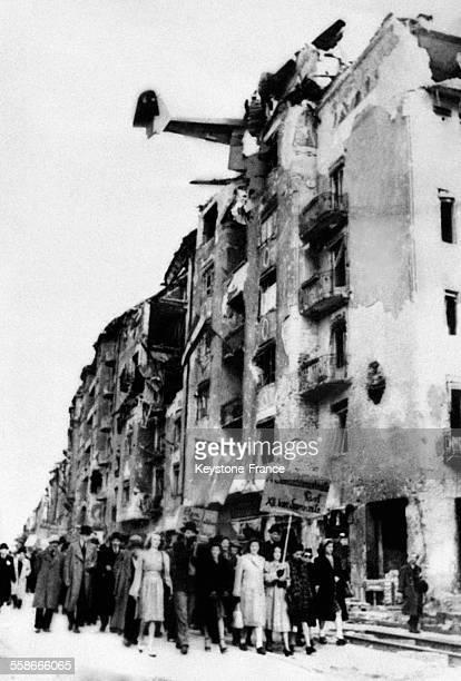Un avion est coincé dans le toit de l'immeuble et dans la rue un cortège socialdémocrate défile pour son programme 'Reconstruire' à Budapest Hongrie...