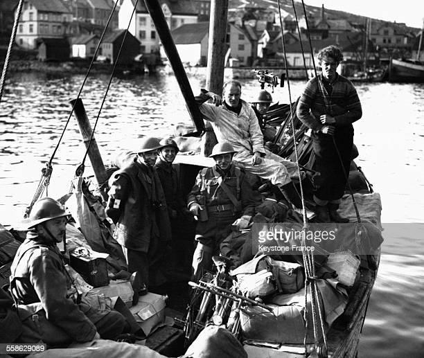Un bateau de pêche transportant des provisions pour l'armée polonaise quittant le port de Narvik Norvège circa 1940