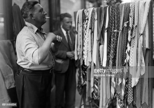 Un beau choix de cravates dans un magasin sur les Grands Boulevards à Paris France circa 1940
