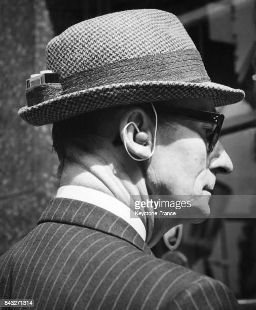 Un chapeau sport créé avec une petite poche à la place de la plume traditionnelle afin de permettre l'intégration d'un transistor miniature le 24...