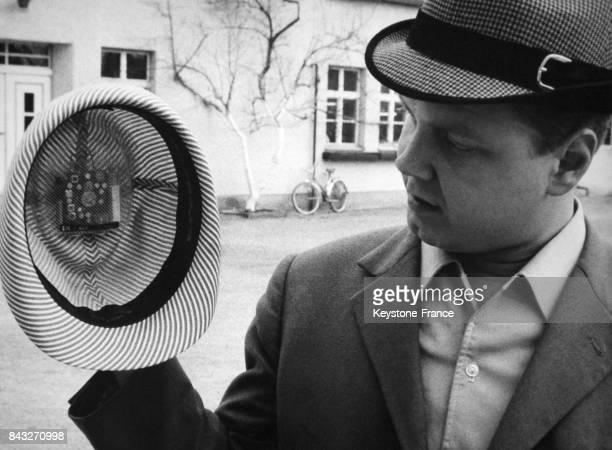 Un chapelier a mis au point un poste de radio miniature intégré dans un chapeau le 16 mai 1968