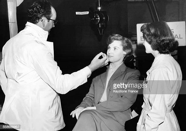 Un chirurgiendentiste londonien pratique l'hypnotisme sur une patiente avant de lui arracher une dent à Londres RoyaumeUni le 13 mai 1954