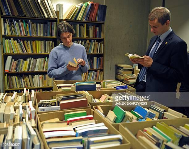 Un 'Cimetière des livres oubliés' pour les ressusciter à VarsovieA visitor peruses books on offer on December 8 2010 at Warsaw's 'Cemetery of...