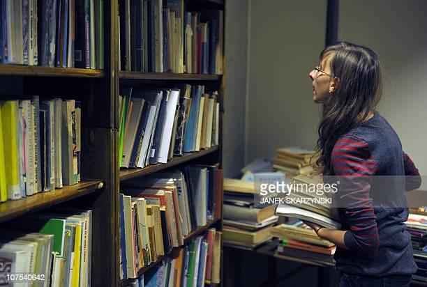 Un 'Cimetière des livres oubliés' pour les ressusciter à VarsovieA visitor peruses books on offer at Warsaw's 'Cemetery of Forgotten Books' on...