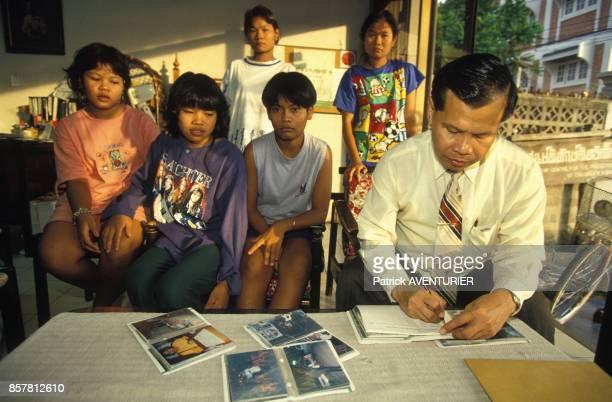 Un colonel recueille les temoignages des prostituees liberees en juin 1994 en Thailande
