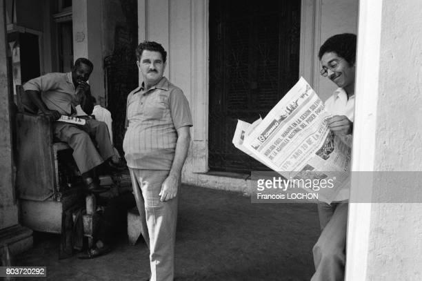 Un cubain lit le journal Gramma lors du 20ème anniversaire de la révolution cubaine à La havane le 2 janvier 1979 à Cuba