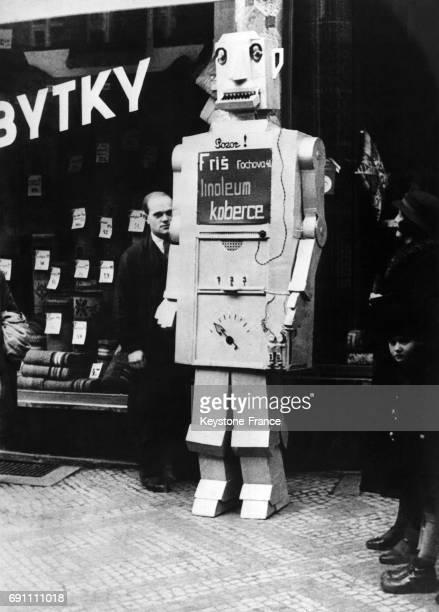 Un distributeur automatique de friandises en forme de robot fait sensation devant la vitrine d'un grand magasin à Prague République tchèque