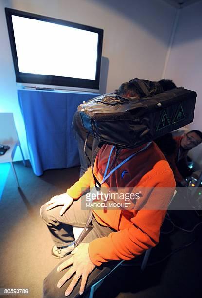 'QUAND LA REALITE VIRTUELLE PREPARE LES POLICIERS AUX SCENES DE CRIME' Un dmonstrateur prsente un casque de vision en trois dimensions le 08 avril...