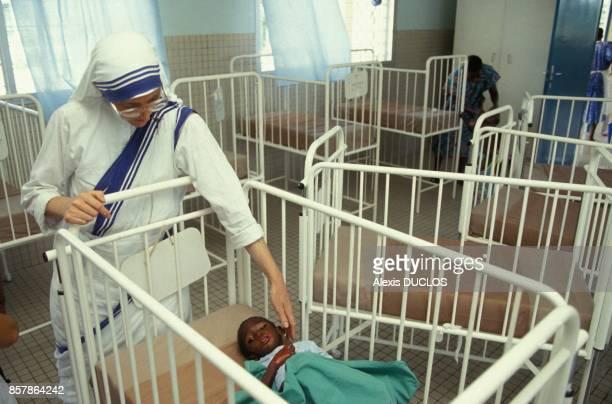Un enfant orphelin victime du sida recueilli au centre L'Oasis tenu par les Missionnaires de la Charite en avril 1994 a Abidjan Cote d'Ivoire