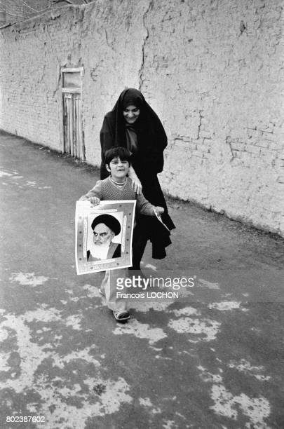 Un enfant portant le portait de Khomeini dans la ville sainte de Qom le 29 mars 1979 Iran