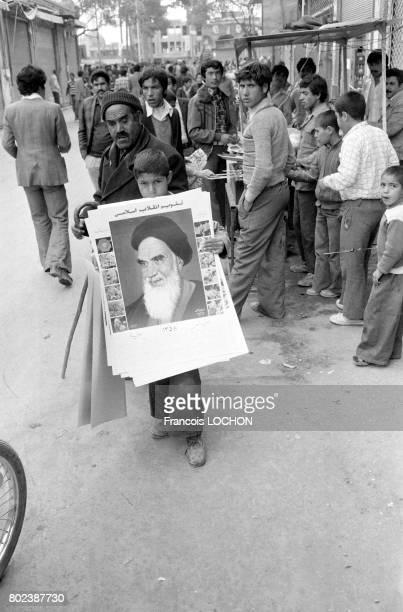 Un enfant portant le portrait de Khomeini lors du référendum pour la République islamique le 31 mars 1979 à Qom Iran
