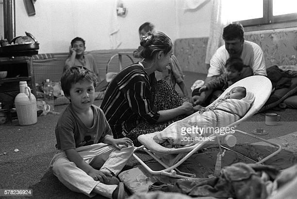 Un enfant tzigane est assis près de sa mère le 30 septembre 2000 dans le camp de Plemetina au nordouest le plus grand du Kosovo Plus de 1000 Roms...