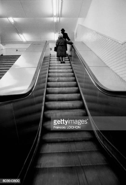 Un escalier mécanique dans le métro à Paris le 12 avril 1975 en France