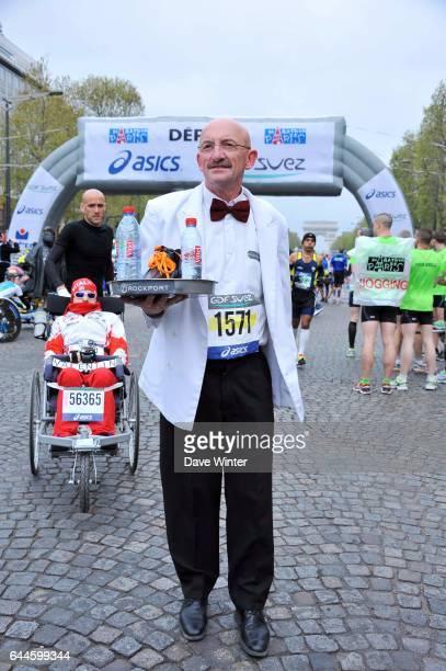 Un garcon de cafe Marathon de Paris Photo Dave Winter / Icon Sport