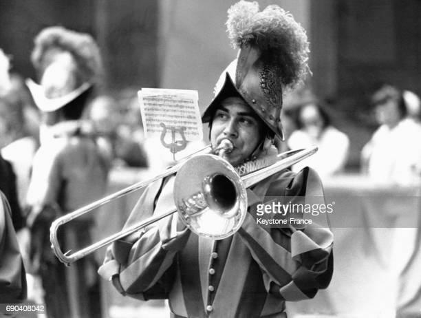 Un garde suisse joue du trombone lors de la cérémonie traditionnelle durant laquelle les nouvelles recrues prêtent serment dans la cour de San Damaso...