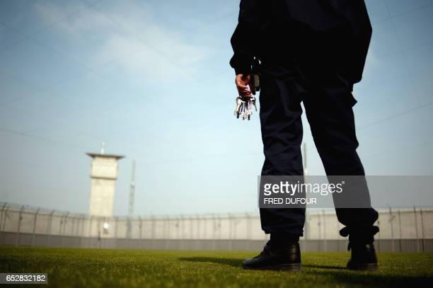 Un gardien de prison pose le 02 avril 2009 dans le nouveau centre pénitencier de Corbas dans la banlieue de Lyon AFP PHOTO / FRED DUFOUR / AFP PHOTO...