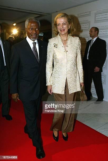 Un Generalsekretär Und Friedensnobelpreisträger Kofi Annan Mit Ehefrau Nane Annan Bei Der Ankunft Zur Verleihung Des Deutschen Medienpreis 2003 In...
