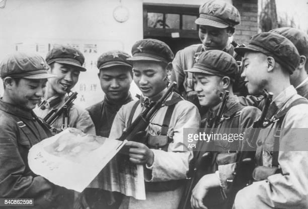 Un groupe de jeunes militaires chinois lisant avec attention les dernières nouvelles en provenance de Pékin le 19 janvier 1967 Chine