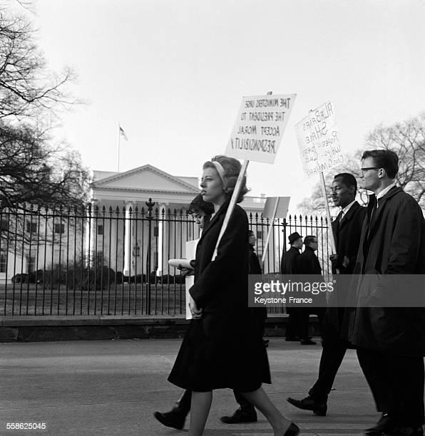 Un groupe de personnes integrationnistes portant des pancartes devant la Maison Blanche demandent une intervention directe en Alabama du gouvernement...