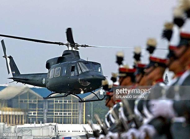 Un helicoptero de la Fuerza Aerea Guatemalteca sobrevuela la terminal del aeropuerto el 26 de febrero de 2004 al sur de Ciudad de Guatemala donde...