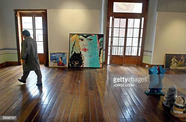 NOTA 'MEXICO INICIA HOMENAJES A FRIDA KAHLO' Un hombre acomoda un cuadro de la pintora Sicilia antigua alumna de de Frida Kahlo en Ciudad de Mexico...