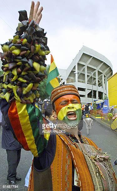 Un hombre vestido de chasqui con la cara pintada con los colores de la bandera de Bolivia grita a favor de la seleccion boliviana el 09 de octubre de...