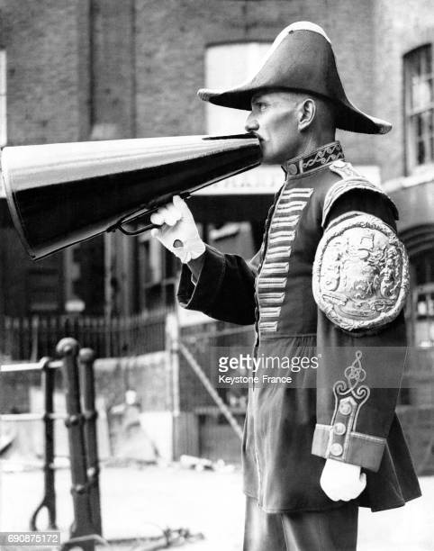 Un homme donne le départ de la plus vieille course d'aviron à Doggett's Coat Badge à Londres RoyaumeUni le 28 juillet 1934