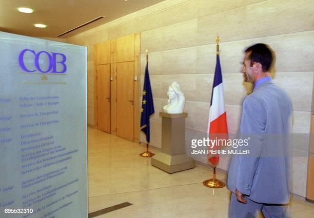 Un homme traverse le 11 décembre 2000 à Paris le hall d'entrée de la Commission des opérations de bourse Fondée en 1967 cette autorité administrative...