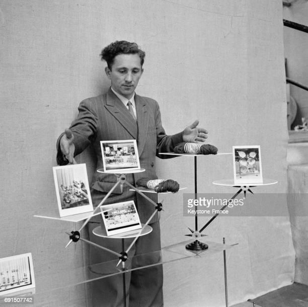 Un inventeur exposant ses nouveaux présentoirs en vue de participer au concours international d'invention qui aura lieu pendant l'exposition...