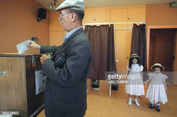 un électeur algérien résidant en France s'apprête à voter le 11 septembre 1999 à Paris dans le cadre du référendum sur la 'concorde civile' proposée...