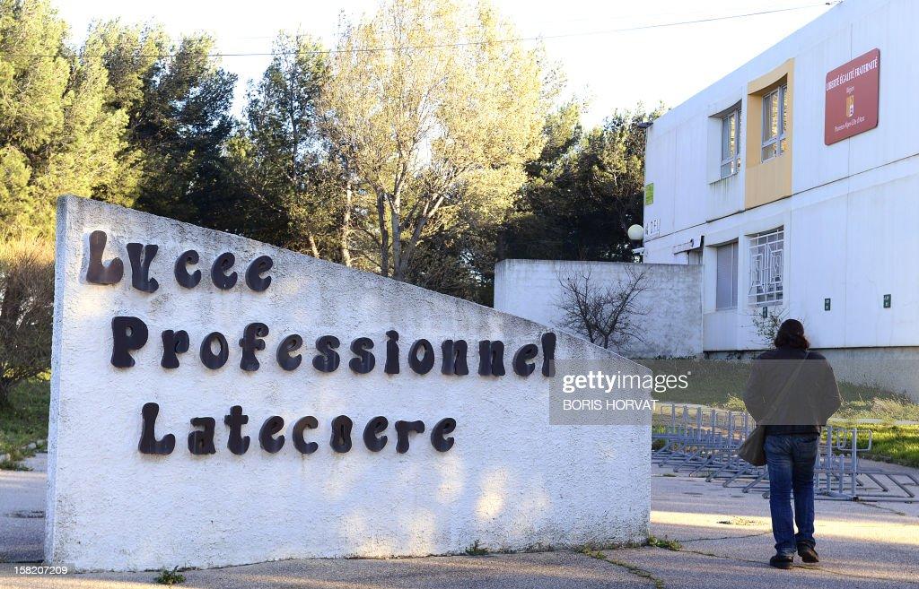 Un élève marche vers le lycée professionnel Latécoère le 11 décembre 2012 à Istres, quelques heures après l'explosion d'une bombe artisanale dans l'établissement. Un jeune homme de 19 ans a été placé en garde à vue, soupçonné d'avoir jeté ce jour une bouteille remplie d'acide chlorhydrique et d'aluminium qui a explosé dans une classe du lycée, faisant un blessé léger, a-t-on appris auprès du parquet d'Aix-en-Provence. Selon la procureur de la République d'Aix-en-Provence Dominique Moyal, la déflagration a incommodé un élève, qui souffre de troubles auditifs causés par le bruit. L'explosion a également fait quelques dégâts matériels.