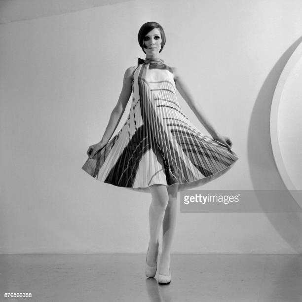 Un mannequin présente une robe cocktail de la collection printempsété 1968 du couturier français Pierre Cardin à Paris le 09 février 1968 / AFP PHOTO...
