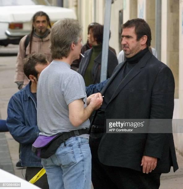 Un maquilleur met la touche finale à la transformation d'Eric Cantona l'exfootballeur professionnel le 16 octobre 2002 à Marseille un film...
