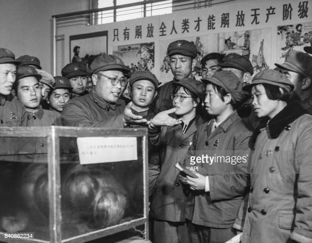 Un médecin enseigne la pensée de Mao à une unité médicale de l'Armée populaire de libération le 23 décembre 1967 à Pékin Chine