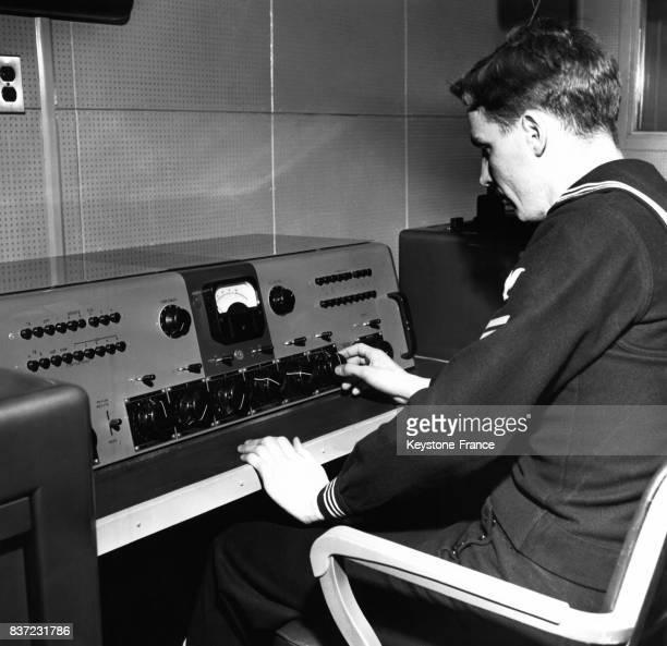Un officier de marine aux commandes du central radiophonique permettant d'utiliser de courtes fréquences pour relayer les informations aux pays de...