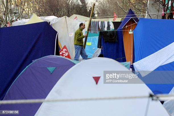 Un ouvrier en grève de l'entreprise espagnole de télécommunications Sintel se promène parmi des tentes le 13 février 2001 sur l'avenue Castellana à...