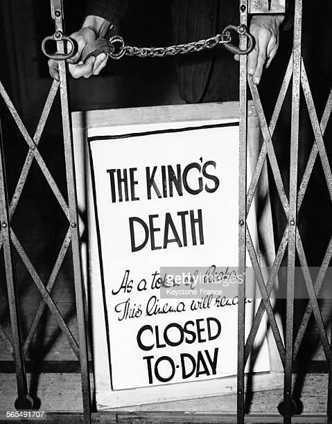 Un panneau d'affichage d'un cinéma du West End indique que le cinéma est fermé pour la journée en hommage au Roi George VI décédé la veille le 7...