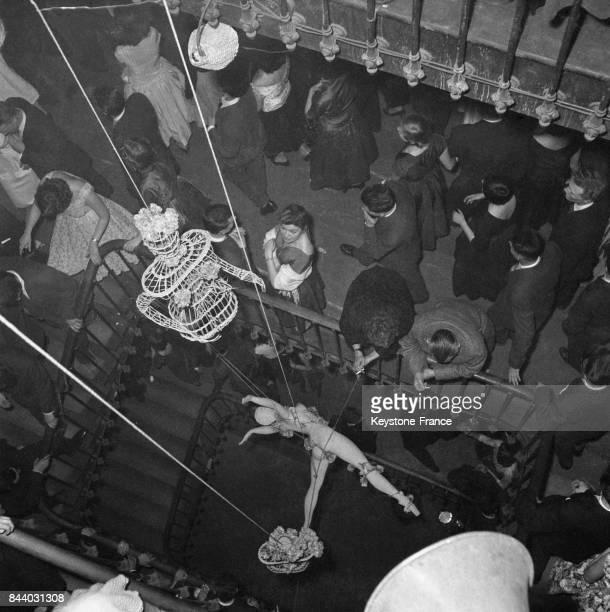 Un pantin désarculé est manipulé dans l'escalier centrale à Paris France le 4 février 1956