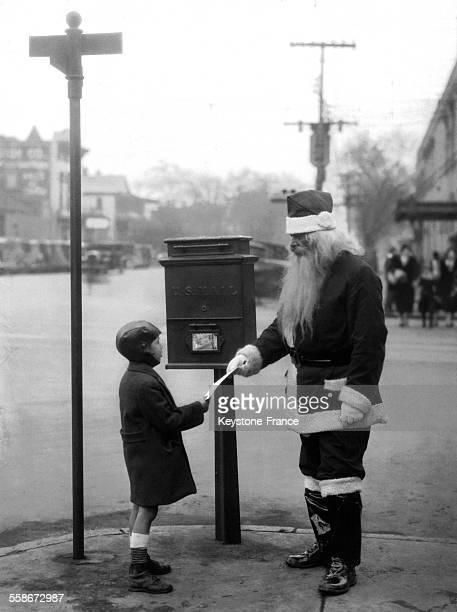 Un petit garçon de 5 ans Clyde Snipes dont la mère enceinte est incarcérée en attente de son exécution remet une lettre au Père Noël dans la rue le...