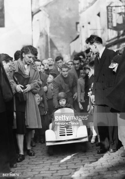 Un petit garçon de trois ans au volant d'une petite voiture construite spécialement pour lui franchit la ligne d'arrivée de la course de la lenteur...